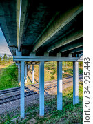 Автомобильный мост над железной дорогой. Стоковое фото, фотограф Владимир Устенко / Фотобанк Лори