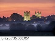 Wimborne Minster at sunrise, Dorset, England, UK, June 2020. Стоковое фото, фотограф Guy Edwardes / Nature Picture Library / Фотобанк Лори