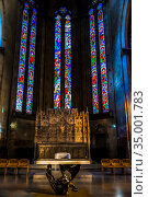 View of the famous stained glasses in Arezzo Cathedral (Cattedrale di Ss. Donato e Pietro) in the interior of the church in Arezzo, Tuscany, Italy (2018 год). Стоковое фото, фотограф Сергей Фролов / Фотобанк Лори