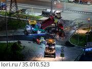 Tyumen, Russia, May 30, 2020: Laying asphalt at night. Редакционное фото, фотограф Землянникова Вероника / Фотобанк Лори