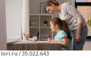 mother with little daughter drawing at home. Стоковое видео, видеограф Syda Productions / Фотобанк Лори