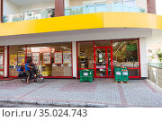 The Sok grocery store is in downtown of city. SOK Markets was established by the Migros Ticaret as small convenient shop chain. Alanya, Turkey (2020 год). Редакционное фото, фотограф Кекяляйнен Андрей / Фотобанк Лори