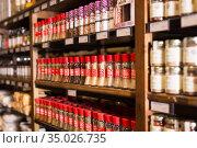 Spices in glass bottles in supermarket (2019 год). Редакционное фото, фотограф Яков Филимонов / Фотобанк Лори