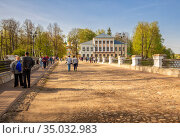 People visit the Uglich Kremlin (2019 год). Редакционное фото, фотограф Юлия Бабкина / Фотобанк Лори