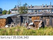 Дрова под крышей сарая и жилой дом на Соловках. Стоковое фото, фотограф Baturina Yuliya / Фотобанк Лори