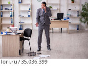 Young male employee and mousetrap in the office. Стоковое фото, фотограф Elnur / Фотобанк Лори