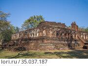 Руины древнего  буддистского храма Wat Chang Rob на территории исторического парка города  Кампаенг Пхет. Таиланд (2016 год). Стоковое фото, фотограф Виктор Карасев / Фотобанк Лори