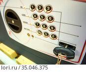 Современный сейф с кодовым замком и механическим ключом (2020 год). Редакционное фото, фотограф Вячеслав Палес / Фотобанк Лори