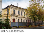 Old wooden plastered house with stucco molding on the facade. Autumn in the city. The picture was taken in Russia, in Orenburg. Стоковое фото, фотограф Вадим Орлов / Фотобанк Лори