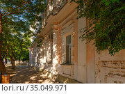 Revolution street in the old district of the city of Yevpatoria, located in the shade of old trees. Стоковое фото, фотограф Владимир Ушаров / Фотобанк Лори