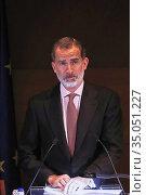 King Felipe VI of Spain attend the 'Francisco Cerecedo' journalism... Редакционное фото, фотограф Manuel Cedron / age Fotostock / Фотобанк Лори