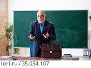 Old male math teacher in the classroom. Стоковое фото, фотограф Elnur / Фотобанк Лори