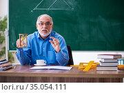 Old male math teacher in time management concept. Стоковое фото, фотограф Elnur / Фотобанк Лори