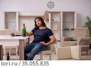 Young unemployed man drinking alcohol at home. Стоковое фото, фотограф Elnur / Фотобанк Лори