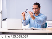 Young male physics teacher in front of whiteboard. Стоковое фото, фотограф Elnur / Фотобанк Лори