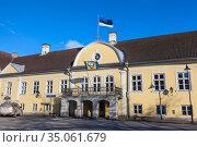 Building of the Saare County Government with national flag waving on facade. Kuressaare, Saaremaa, Estonia (2018 год). Редакционное фото, фотограф Кекяляйнен Андрей / Фотобанк Лори
