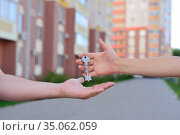 The girl passes the keys to the guy. Стоковое фото, фотограф Арестов Андрей Павлович / Фотобанк Лори