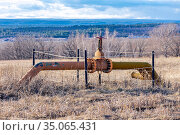 A valve on a gas pipeline against the backdrop of endless expanses and a blue cloudy sky. Стоковое фото, фотограф Акиньшин Владимир / Фотобанк Лори