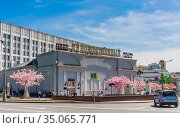 View of the buildings of the Khudozhestvenny cinema on Arbat Square. In the background, the General Staff of the Armed Forces of the Russian Federation. Moscow, Russia. Редакционное фото, фотограф Николай Коржов / Фотобанк Лори