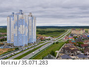 Spur route leads out of the city through a suburban and commuter areas in Perm, Russia. Редакционное фото, фотограф Евгений Харитонов / Фотобанк Лори