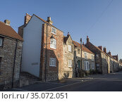 Cottages on St Thomas Street in the city of Wells, Somerset, England. Стоковое фото, фотограф Craig Joiner / age Fotostock / Фотобанк Лори