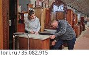 Married couple chooses new furniture in the store. Стоковое видео, видеограф Яков Филимонов / Фотобанк Лори