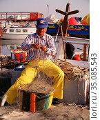 Fiskare i Larnakas hamn, rensar sina nät på smä fiskar. Cypern.Photo... Редакционное фото, фотограф Andre Maslennikov / age Fotostock / Фотобанк Лори
