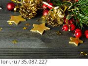 Новогодняя композиция с шишками. Золотые шишки и рождественские украшения на черном столе. Свободное место для текста. Стоковое фото, фотограф ирина реброва / Фотобанк Лори