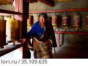 Tibetan Buddhist pilgrim in Ganden Thubchen Choekhorling Monastery. Litang, Garze Tibetan Autonomous Prefecture, Sichuan, China. 2016. Стоковое фото, фотограф Enrique Lopez-Tapia / Nature Picture Library / Фотобанк Лори