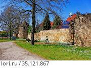Stadtmauer, Turm zur Taube, Turm zum Drachen, Kinderspielplatz. Стоковое фото, фотограф Bernd J. W. Fiedler / age Fotostock / Фотобанк Лори