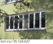 Трёхэтажное здание серии 2МГ-04-3, построено в 1970 году. Детский сад № 318. Сахалинская улица, 4а. Район Гольяново. Город Москва (2009 год). Стоковое фото, фотограф lana1501 / Фотобанк Лори