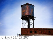 Metal steel water tower on top of Detroit building (2018 год). Стоковое фото, фотограф Сергей Новиков / Фотобанк Лори