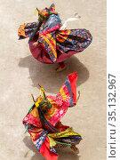 Два монаха в масках быка с ритуальным кинжалом (пхурпа) исполняют ритуальный танец на религиозном фестивале танца Чам тантрического тибетского буддизма ваджраяны в монастыре Ламаюру. Two monks in a bull deity masks with ritual dagger (phurpa) perform a religious masked and costumed dance of Tibetan Buddhism on the Cham Dance (Yuru Kabgyat) Festival in Lamayuru monastery (2012 год). Стоковое фото, фотограф Олег Иванов / Фотобанк Лори