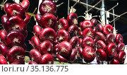Crimean onion in the city market in Yalta (2017 год). Стоковое фото, фотограф Александр Карпенко / Фотобанк Лори