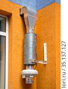 Вентиляционное устройство смонтировано у окна квартиры. Стоковое фото, фотограф Вячеслав Палес / Фотобанк Лори