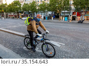 Cyclist on the Champs Elysees in Paris, France during the May 2020... Стоковое фото, фотограф Philippe Lissac / Godong / age Fotostock / Фотобанк Лори