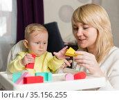Мама с ребенком играют с разноцветным конструктором. Стоковое фото, фотограф Наталья Гармашева / Фотобанк Лори