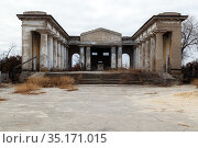 VOLSKY, RUSSIA - November 15, 2020: Mortuary or pantheon ceremonial construction, for funeral rites, on the territory of cemetery No. 1 in the city of Volga. It is the only surviving object built on the territory of the USSR. Редакционное фото, фотограф Владимир Арсентьев / Фотобанк Лори