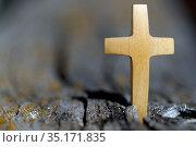 Wooden cross on a tree. France. Стоковое фото, фотограф Fred de Noyelle / Godong / age Fotostock / Фотобанк Лори