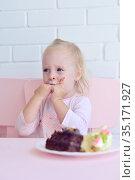 Little girl eats cakes. Стоковое фото, фотограф Арестов Андрей Павлович / Фотобанк Лори