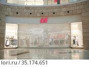 """Магазин одежды бренда """"H&M"""". Москва. 04.07.2019. Стоковое фото, фотограф Ольга Зиновская / Фотобанк Лори"""