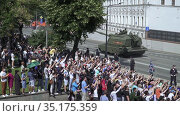 Spectators and military equipment traveling from the parade (2020 год). Редакционное видео, видеограф Потийко Сергей / Фотобанк Лори