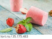 Strawberry sorbet with mint on a stick on a wooden table. Стоковое фото, фотограф Tetiana Chugunova / Фотобанк Лори