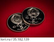 Старые юбилейные монеты СССР 5 рублей на красном фоне. Стоковое фото, фотограф Павел Сапожников / Фотобанк Лори