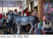 Люди стоят в очереди у магазина в центре Трира, Германия (2018 год). Редакционное фото, фотограф V.Ivantsov / Фотобанк Лори