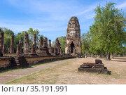 Кхмерский пранг на руинах древнего буддистского храма Wat Phra Pai Luang солнечным днем. Исторический парк города Сукхотай, Таиланд (2018 год). Стоковое фото, фотограф Виктор Карасев / Фотобанк Лори