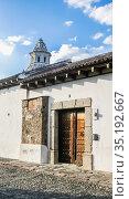 Street with colourful houses. The historic city Antigua is UNESCO World Heritage Site since 1979. Antigua, Guatemala. Стоковое фото, фотограф Николай Коржов / Фотобанк Лори