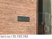 Табличка с надписью на немецком языке «Базилика Константина» у входа в здание (2018 год). Стоковое фото, фотограф V.Ivantsov / Фотобанк Лори