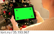 woman with green screen on tablet pc on christmas. Стоковое видео, видеограф Syda Productions / Фотобанк Лори