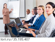 international group of businessmen with computer at world training courses. Стоковое фото, фотограф Яков Филимонов / Фотобанк Лори